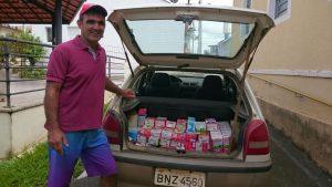 Eduardo Nunes da Rosa ( Linguinha ) da cidade de Mombuca entrega Doações de Leites