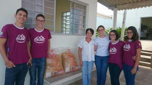 Jovens da Igreja Adventista entrega doação de macarrão