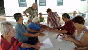 Voluntaria Ensina Arte em dobradura para os moradores do Lar dos Velhinhos