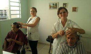 Voluntária Marli Fornaziero cuida do cabelos de nossos moradores há 7 anos