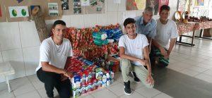 Alunos da Escola Maria Escola Maria Januária Vaz Túccori de Capivari, entregam doações arrecadadas em um campeonato