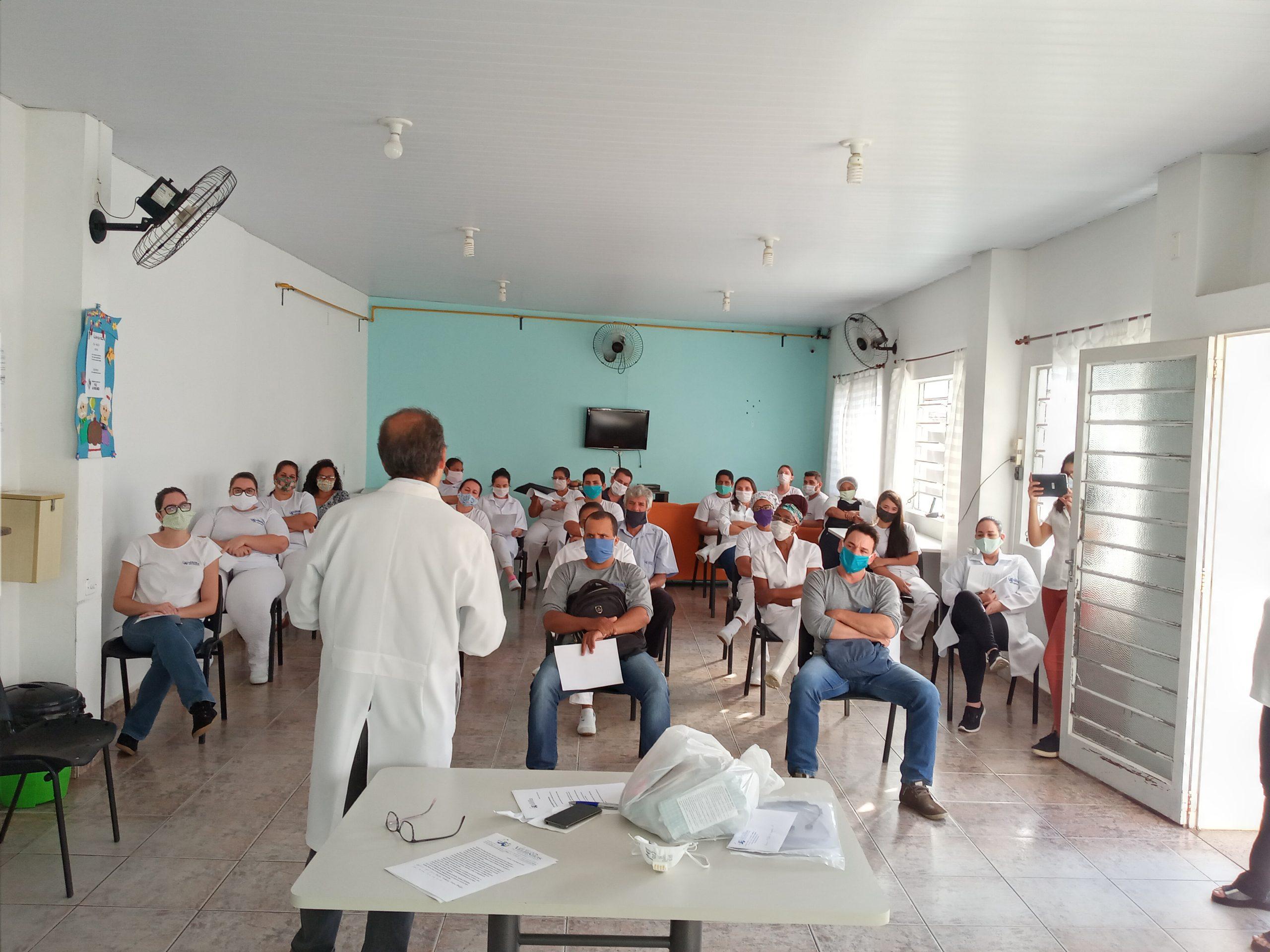 Dr. Ivan Jose Gomes faz treinamento para os colaboradores do Lar dos Velhinhos de Capivari
