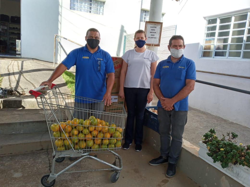 FORTRAC faz doações de cesta básica, hortifruti e ovos