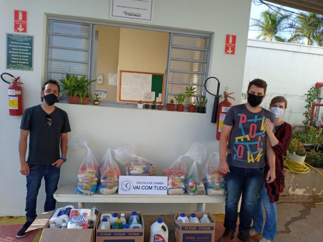 Read more about the article Escola de Samba Vai com Tudo e+10 entregam doações de alimentos e produtos de limpeza