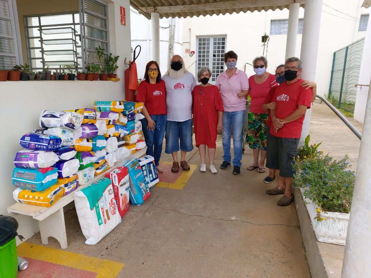 Papai Noel traz presentes para os moradores do Lar dos Velhinhos de Capivari.